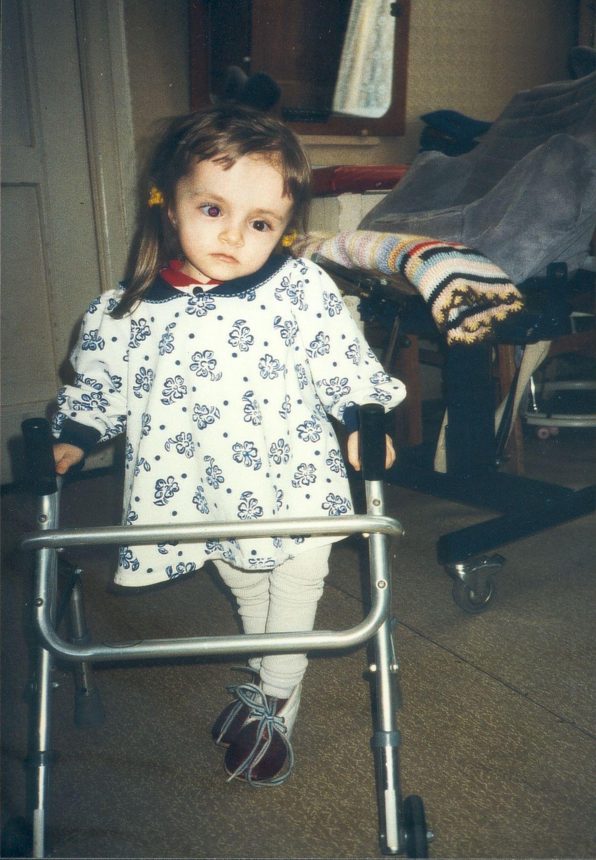 Ein kleines Mädchen lernt laufen