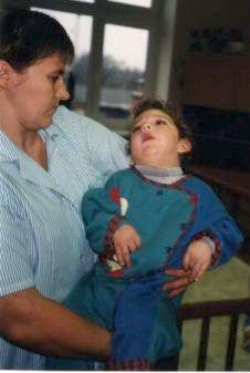 Ein Kind mit Betreuerin im Waisenheim in Libau