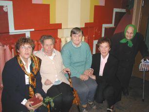 Frau Upmale (2.v.re.) und die Heimbewohner nehmen die Duschanlage in Anwesenheit von Frau v.Tiesenhausen (1.v.li.) dankbar entgegen.