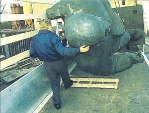 Transport der Statue auf einem LKW.
